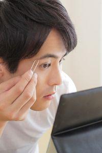 毛抜きで眉毛と眉毛の間や目標設定のラインからはみ出した毛を抜く