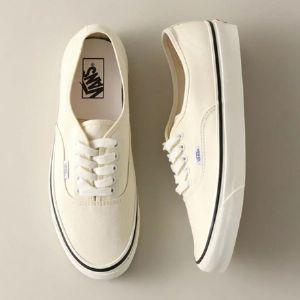 白スニーカーのコーデ攻略術。押さえるべき着こなしのヒントと人気モデル6選