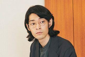 知的で柔和。ボストン型メガネは大人のための大本命シェイプだ