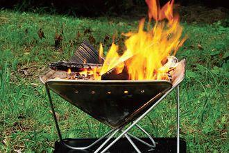 ロングセラーには理由がある。スノーピークの焚き火台が、外遊びの良き相棒に