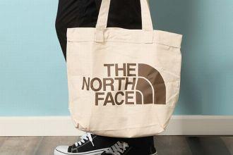 ナイロンかコットンか。ザ・ノース・フェイスのトートバッグを大人はどう選ぶ?