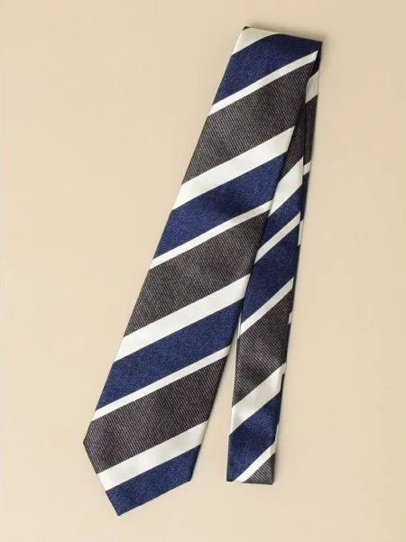 ネクタイの素材と柄は、ジャケットや季節にあわせて複数本用意するとスマート