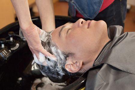 雑学4:洗髪時、美容室はあおむけ、床屋は前かがみなのは主な客層の違いによるもの