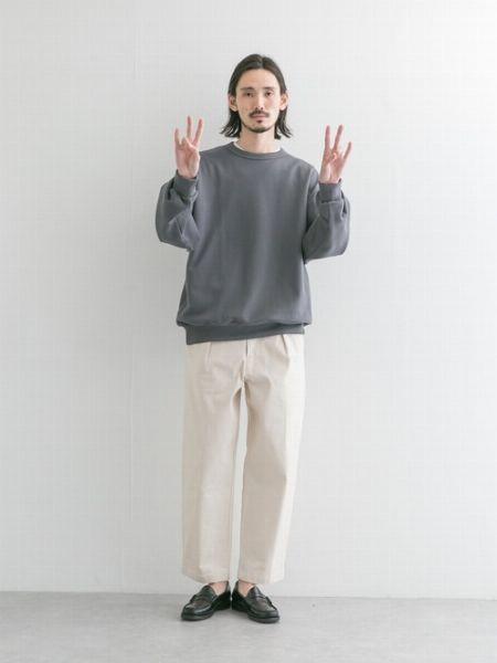 着こなしのヒント3:全身をモノトーンで統一することで大人らしく 3枚目の画像