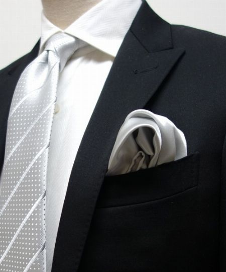「ポケットチーフ」はネクタイかシャツの色と合わるとベスト