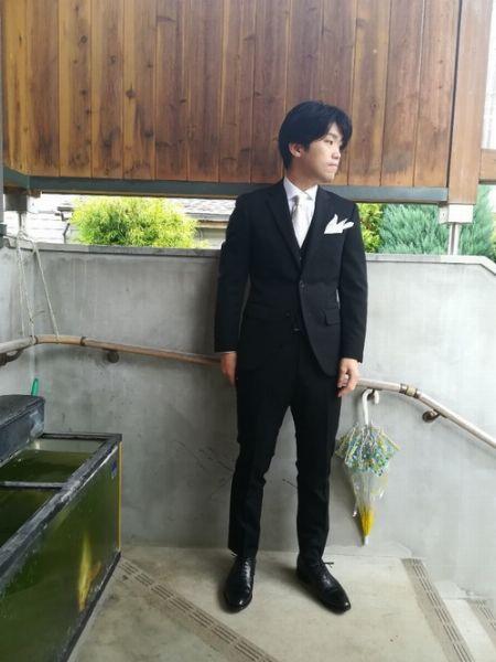 織り柄のあるネクタイが決め手のブラックスーツコーデ