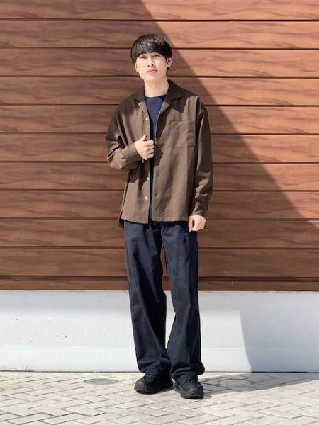 ダークトーンの落ち着きとシャツの抜け感でバランスを最適化
