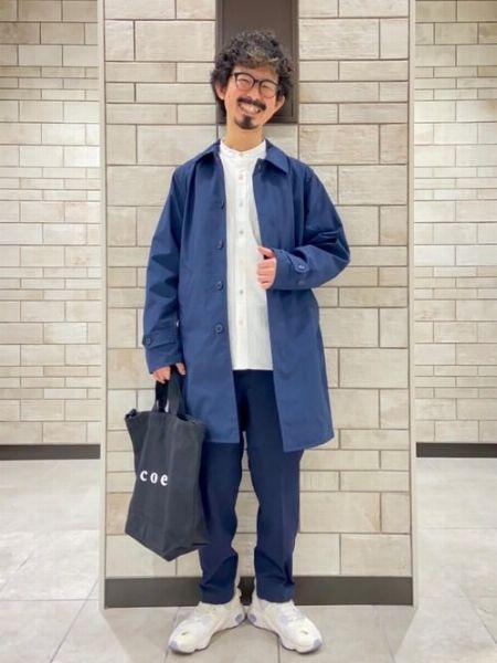 ネイビーのステンカラーコートを使った清潔感あふれる装い