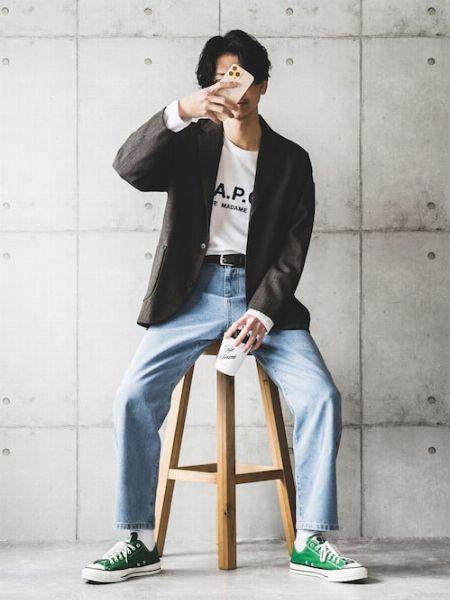 加工感のあるジーンズを、コートで覆ってバランスをコントロール