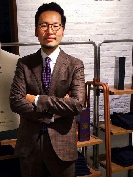 ボストン型メガネの魅力を最大限に生かしたスーツスタイル