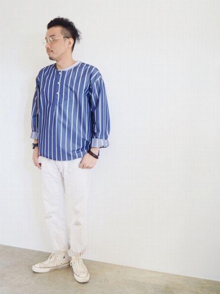 幅太ストライプのパジャマシャツで抜け感を増幅