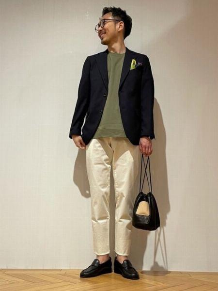 スリムなシルエットがスタイリッシュなジャケットスタイル