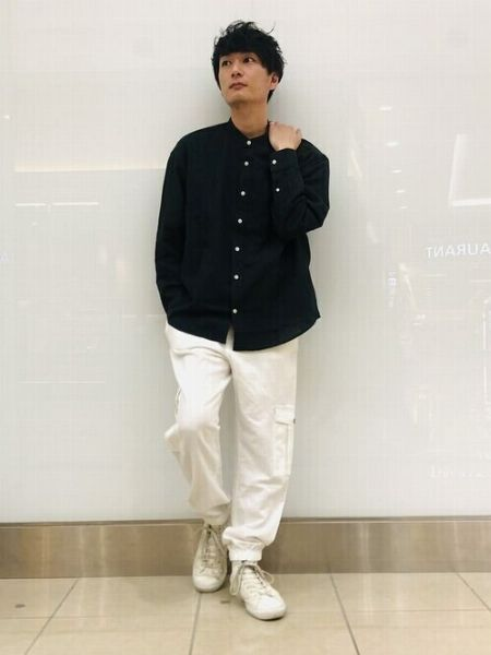 シンプルな着こなしで白×黒のクールな印象を強調