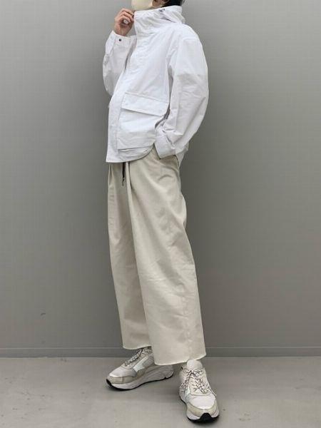 足先まで白で揃えたクリーンなワントーンスタイル