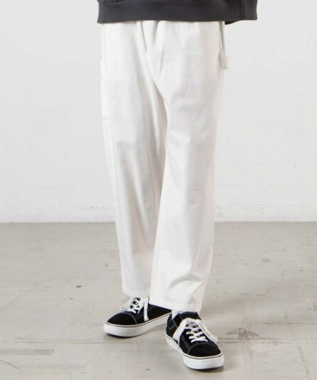 大人ならモノにしたい。コーデのセンスアップを叶える白パンツの魅力 2枚目の画像