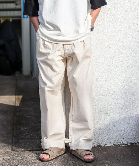 ジャストかルーズか。今なら白パンツはどう選ぶ?