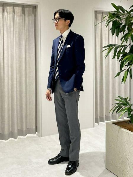 ネイビージャケットのインナーはシャツ? Tシャツ? コーデの特徴と着こなし例