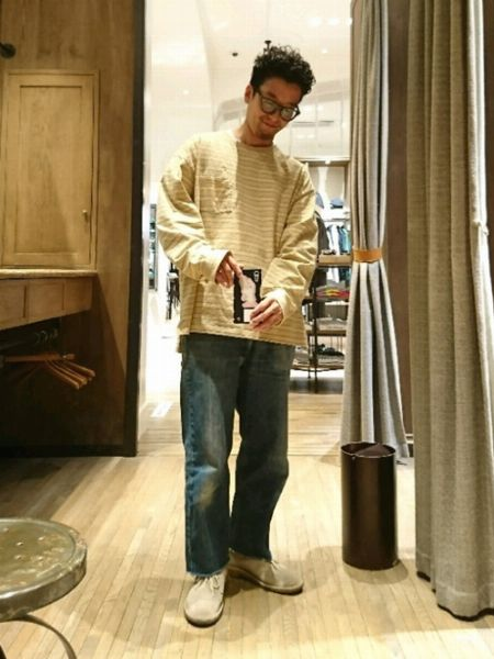 定番のジーンズにはサンドベージュのスエードがハマる