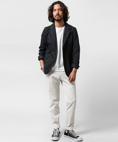 ブラックジャケットの着こなしで注意したいのは、フォーマル感の緩和!