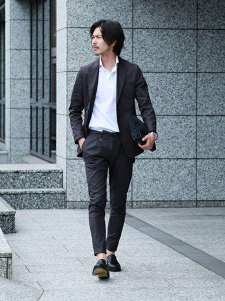 シックなチャコールグレーのスーツは、小物選びで差をつける
