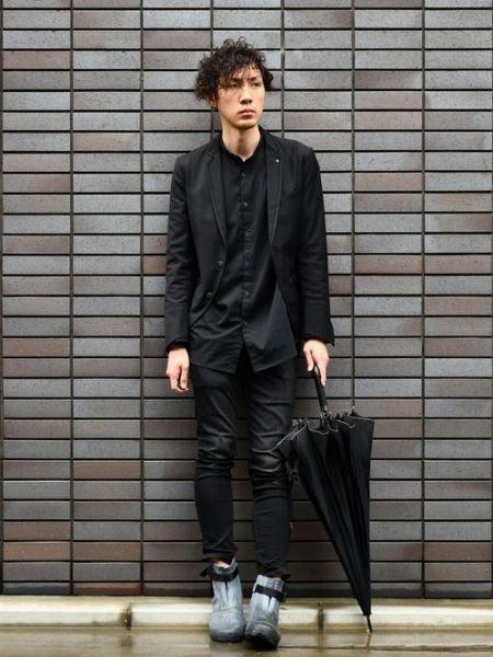 傘までブラックで統一した雨の日コーデの基本形