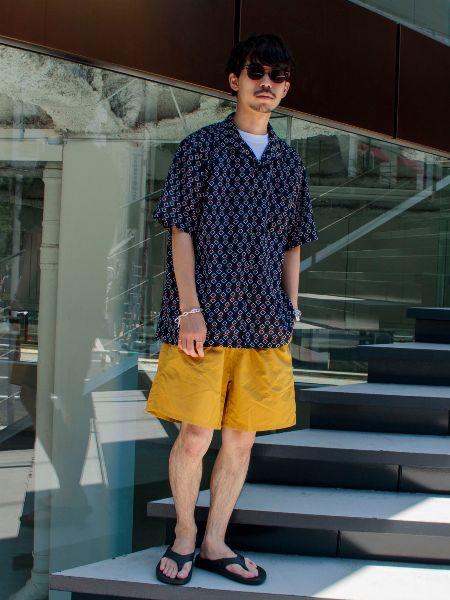 ルーズな着こなしもシャツとの組み合わせなら都会的なムードに