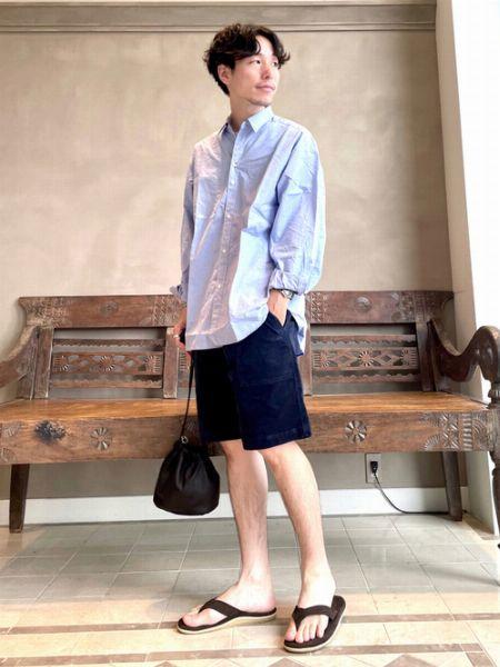 レザーサンダルとシャツが決め手のショーツパンツスタイル