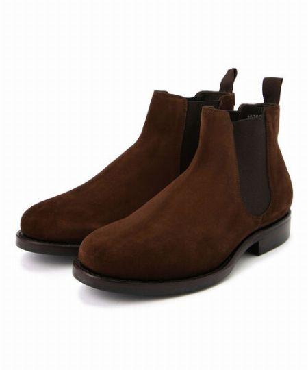 デニム・オン・デニムスタイルを光沢のあるブーツが格上げ