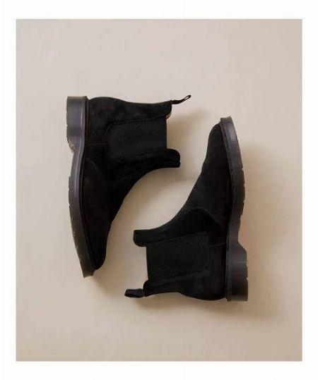 ブーツとパンツの素材感を合わせて統一感を