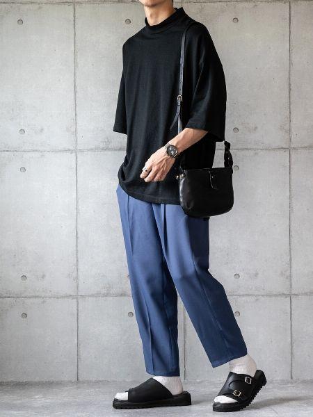 黒が基調の着こなしもネイビーパンツで重たさを払拭