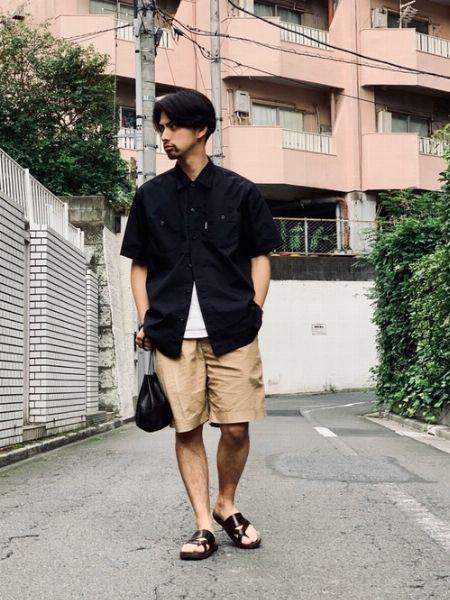 ショーツ×半袖の軽快コーデも黒シャツなら大人顔