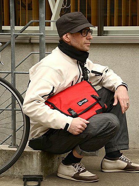 シックなコーデの中に、メッセンジャーバッグで色を一点投入