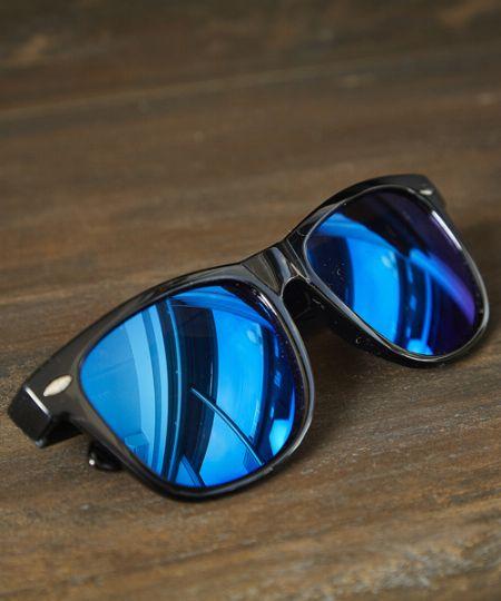 サーフ&スポーティ。ミラーレンズのサングラスが夏気分を盛り上げる