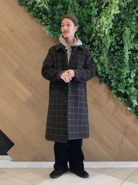 チェック柄のコートを羽織って今季らしい装いに
