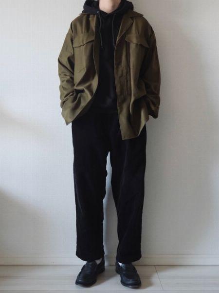 ブラックのワントーンスタイルにカーキのシャツを上乗せ