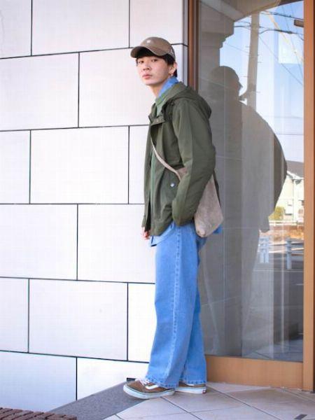 カーキ×ブルーで鮮度アップした軽妙なジャケットスタイル