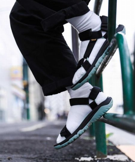 より都会的な印象に。スポーツサンダル×靴下コーデは大いにアリ!