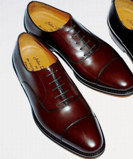コーデの上品さを損なわない革靴がベター
