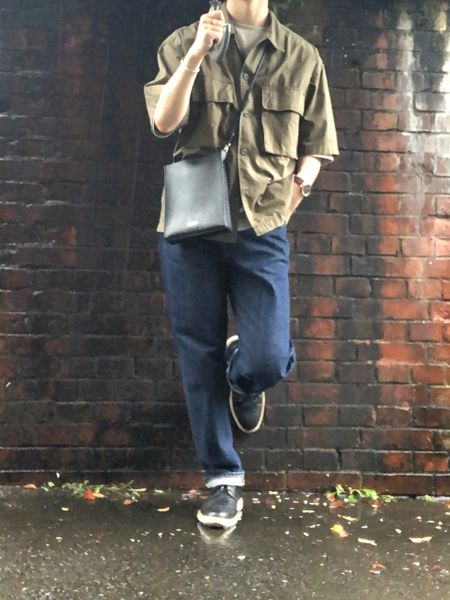 ▼カーキシャツ×インディゴジーンズの着こなし 2枚目の画像
