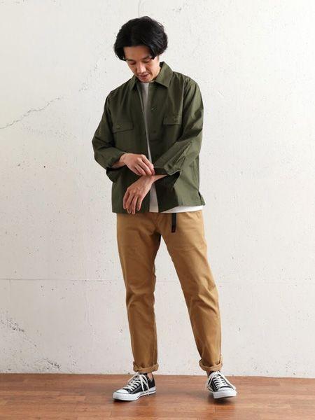 ▼カーキシャツ×ベージュチノパンの着こなし 2枚目の画像