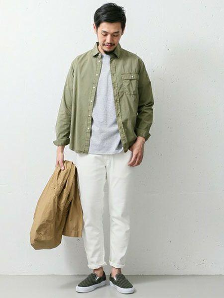 ▼カーキシャツ×白パンツの着こなし 2枚目の画像