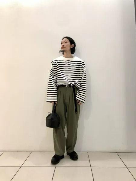 同色コーデでシックに着こなすスウェットシャツ