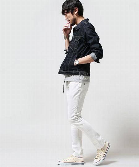 好相性のホワイトをパンツ+スニーカーで取り入れた好例