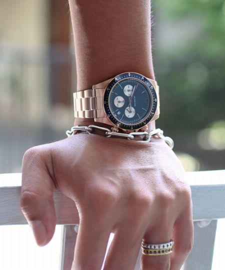 軽装の時期も厚着の季節も頼りたい。インパクト大の腕時計はマストかも
