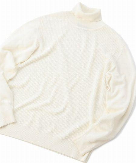 ▼タイプ3:上品な白のタートルネックニットで作るエレガントな着こなし