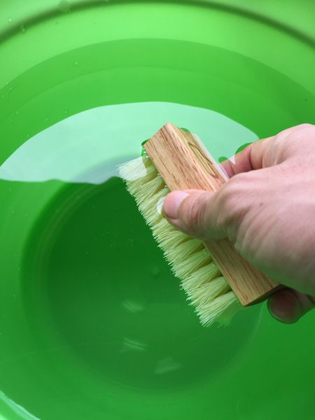 バケツに張った水にブラシを浸す