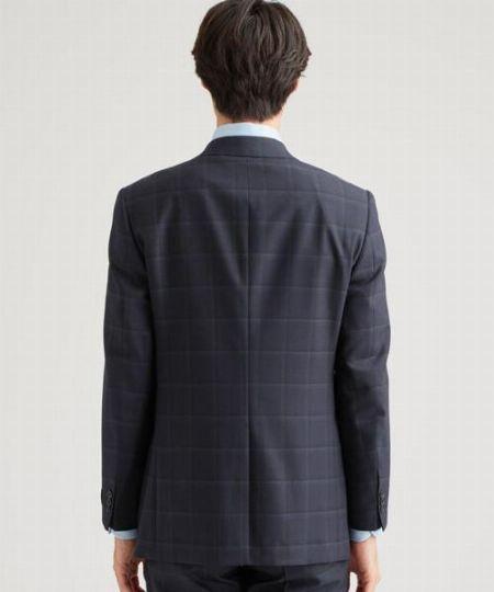 ▼ポイント1:ジャケットのサイズは肩で合わせる