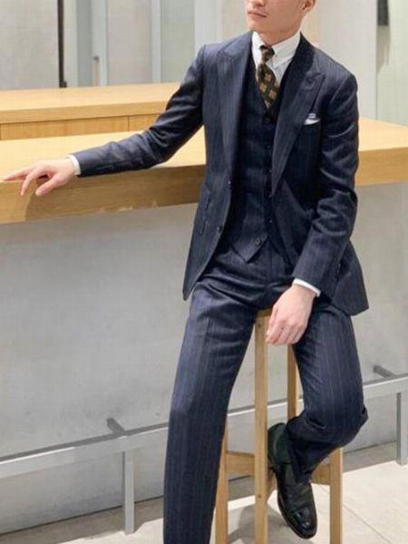 ストライプ柄のスーツを知性的に着こなした理想型