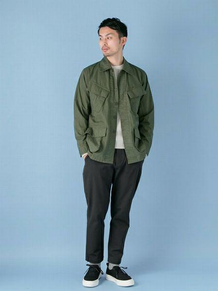 ミリタリージャケットはざっくり羽織る。白Tシャツで爽やかにバランスを