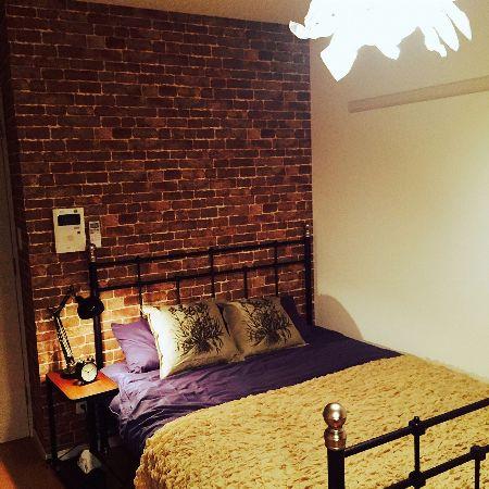 ベッドルームにレンガを使いラグジュアリーな空間に